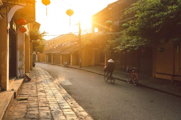Bella mattina presto in strada a hoi una città antica Foto Premium
