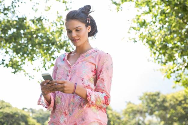 Bella mora inviando un testo Foto Premium