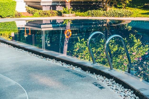 Bella piscina esterna di lusso con scala Foto Gratuite