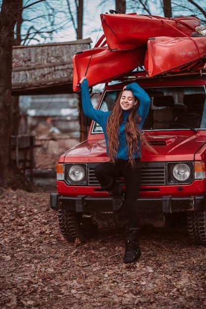 Bella posa della giovane donna all'aperto Foto Gratuite