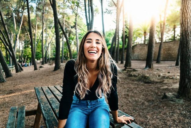 Bella ragazza adolescente ridere ad alta voce piena di vita e felicità quando si lascia il liceo. Foto Premium