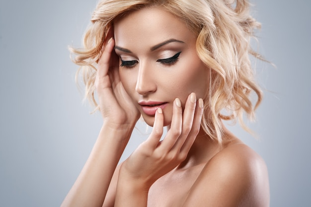 Bella ragazza bionda con bel viso Foto Premium