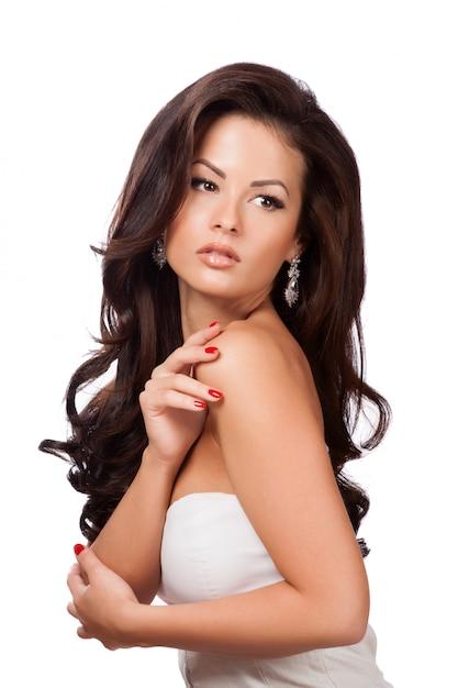 Bella ragazza bruna con capelli lunghi sani Foto Premium