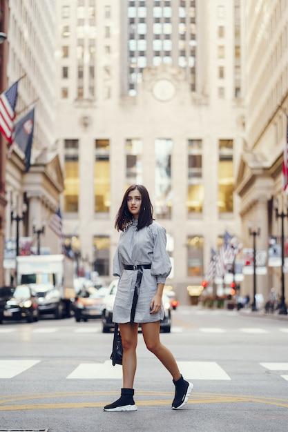 Bella ragazza bruna esplorando la città durante l'autunno Foto Gratuite