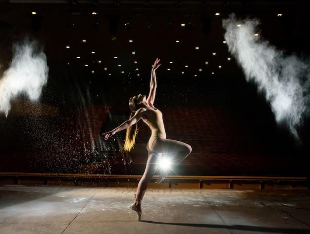 Bella ragazza che balla sul palco. Foto Premium