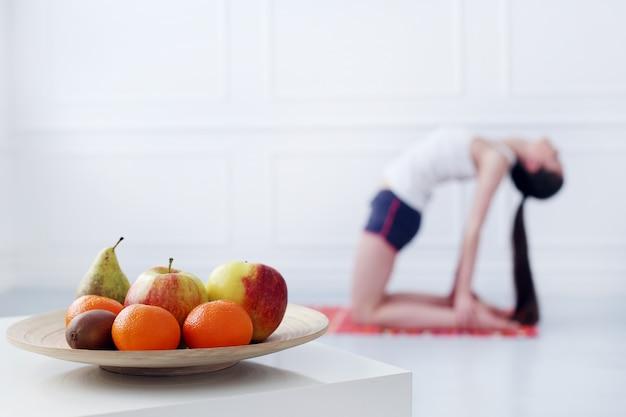 Bella ragazza che fa yoga Foto Gratuite