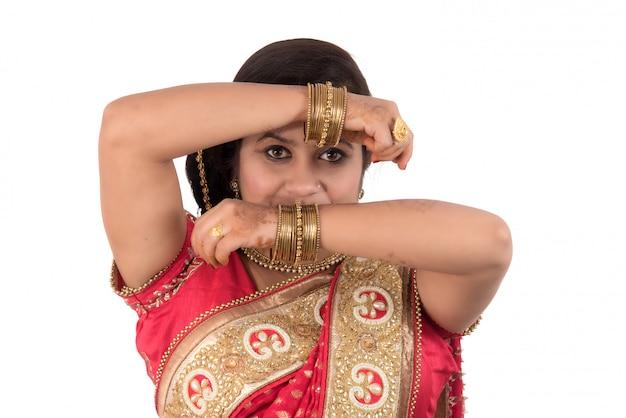 Bella ragazza che posa nel saree tradizionale indiano su fondo bianco. Foto Premium