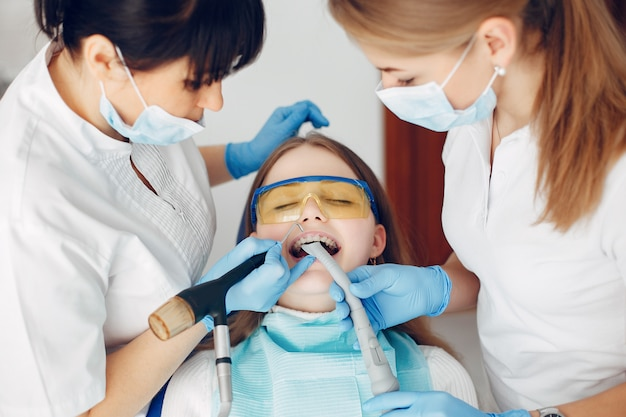 Bella ragazza che si siede nell'ufficio del dentista Foto Gratuite
