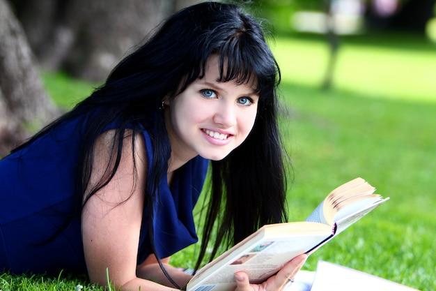Bella ragazza che studia nel parco Foto Gratuite