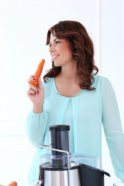 Bella ragazza con carota Foto Gratuite