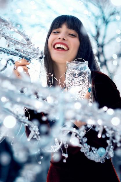 Bella ragazza con decorazioni natalizie Foto Premium