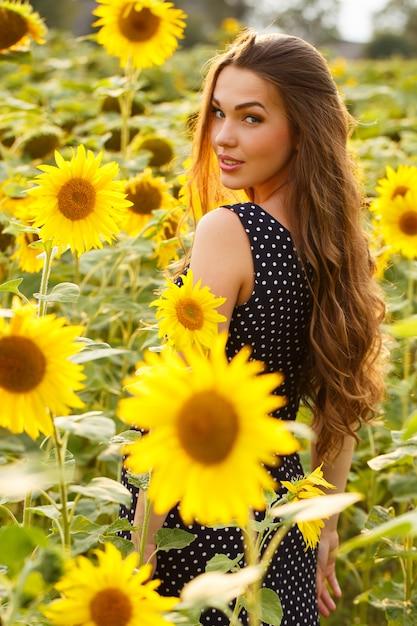 Bella ragazza con girasoli Foto Gratuite