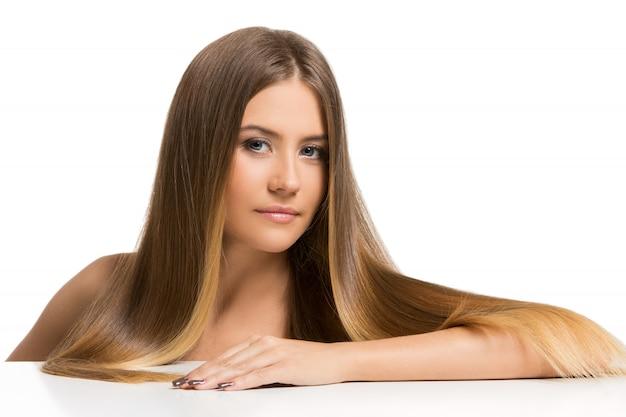 Bella ragazza con i capelli lunghi Foto Gratuite