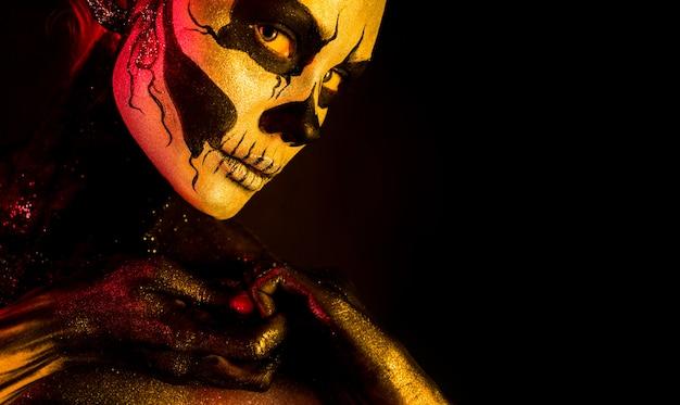 Bella ragazza con il trucco scheletro Foto Premium