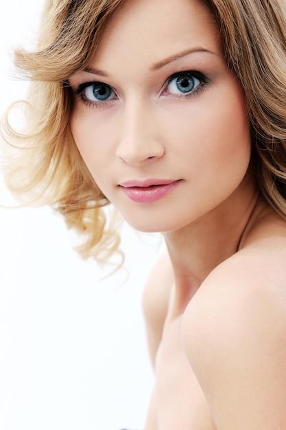 Bella ragazza con la pelle pulita e perfetta Foto Gratuite