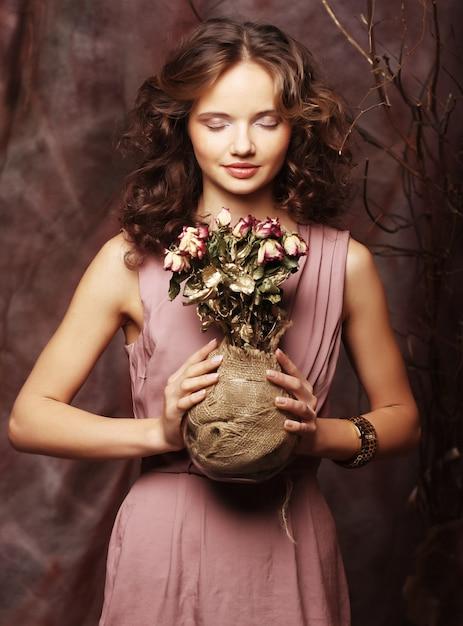 Bella ragazza con rose secche Foto Premium
