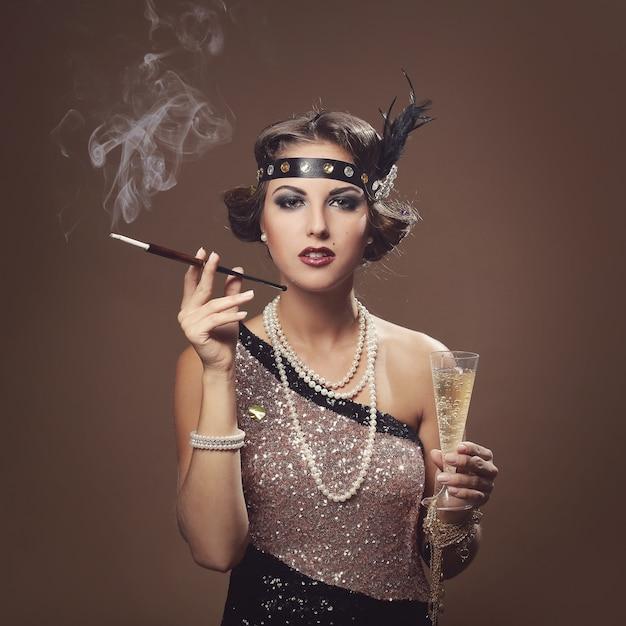 Bella ragazza con un bicchiere di champagne Foto Gratuite