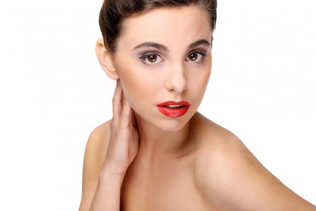 Bella ragazza con una pelle perfetta e rossetto rosso Foto Gratuite