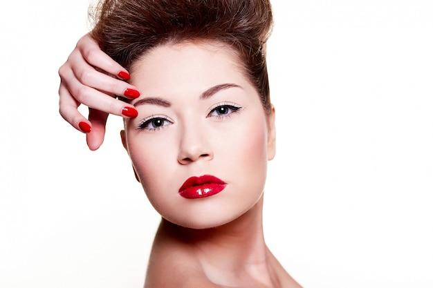 Bella ragazza con unghie e labbra rosse Foto Gratuite