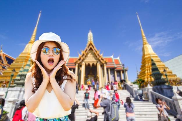 Bella ragazza del giovane donna asiatica del ritratto con capelli rossi lunghi che sembrano eccitati tenendo la sua bocca aperta Foto Premium
