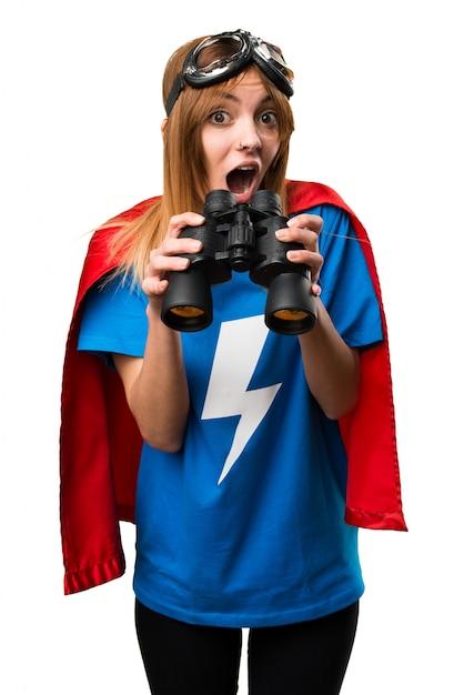 Bella ragazza di supereroi con il binocolo Foto Premium