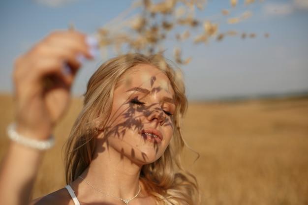 Bella ragazza elegante in un campo autunnale Foto Gratuite