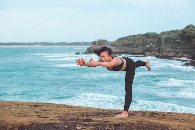 Bella ragazza facendo yoga Foto Gratuite