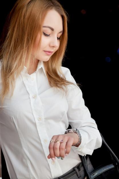 Bella ragazza guardando orologio Foto Gratuite