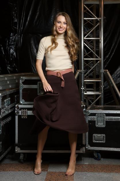 Bella ragazza in abiti a maglia e scarpe trasparenti Foto Premium