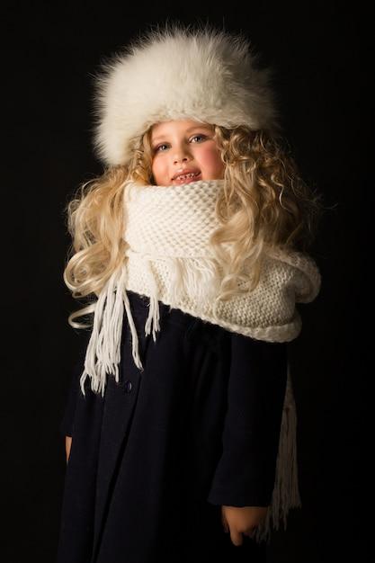 Bella ragazza in abiti invernali Foto Premium