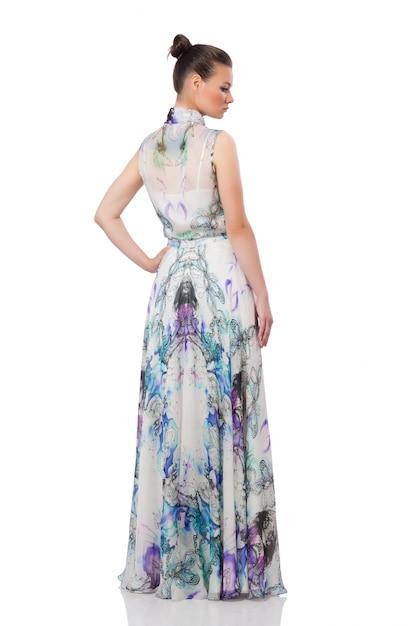 Bella ragazza in abito lungo elegante isolato Foto Premium