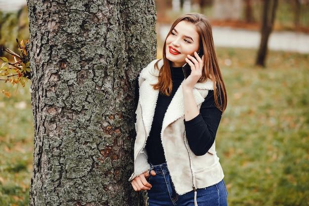 Bella ragazza in città Foto Gratuite