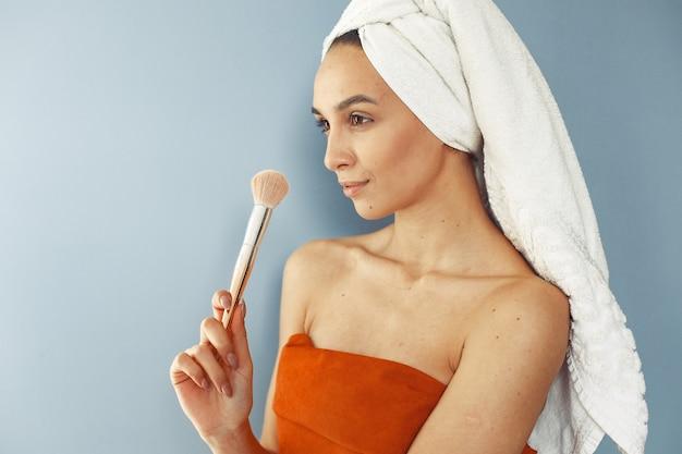 Bella ragazza in piedi con la spazzola Foto Gratuite
