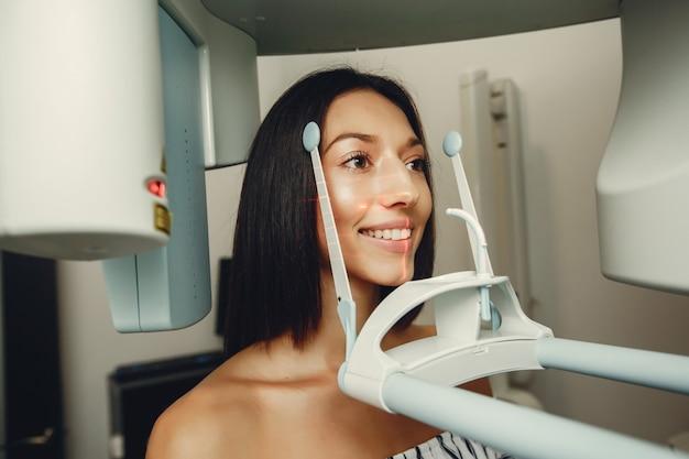 Bella ragazza in un dentista Foto Gratuite