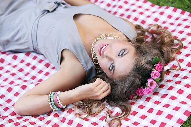 Bella ragazza in un parco Foto Gratuite