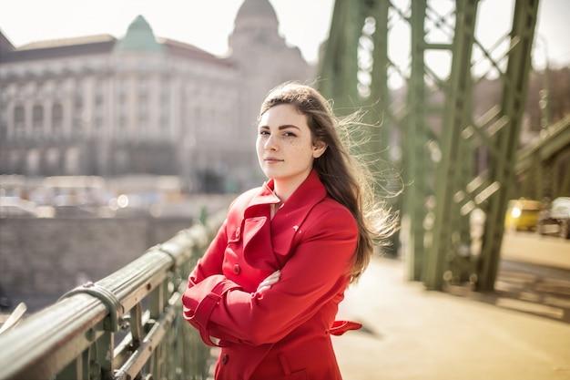 Bella ragazza in una giornata ventosa Foto Premium