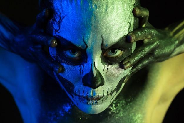 Bella ragazza inquietante con il trucco scheletro Foto Premium