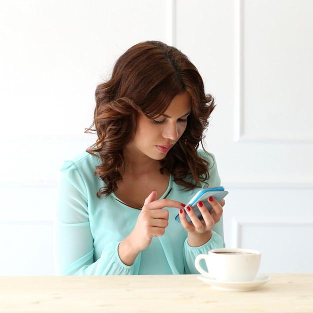 Bella ragazza nel caffè Foto Gratuite