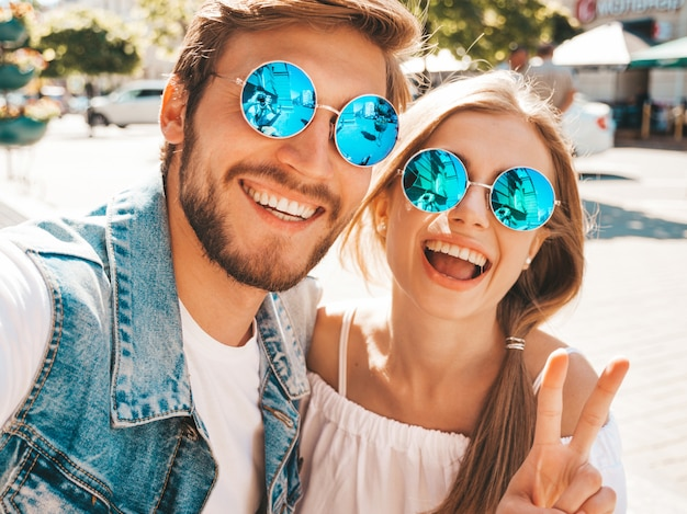 Bella ragazza sorridente e il suo ragazzo bello in abiti casual estivi. Foto Gratuite