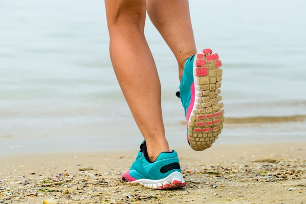 Bella ragazza sportiva sulla spiaggia Foto Gratuite