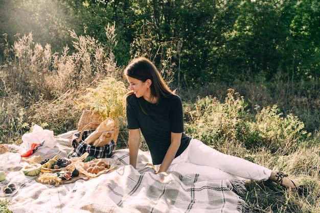 Bella ragazza su un pic-nic in una giornata estiva. Foto Premium