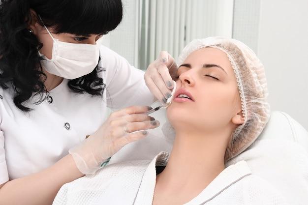 Bella ragazza sulla procedura di ringiovanimento in clinica di bellezza Foto Premium