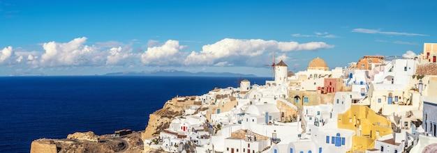 Bella santorini in grecia - mulino a vento tradizionale e appartamenti nel villaggio di oia Foto Premium