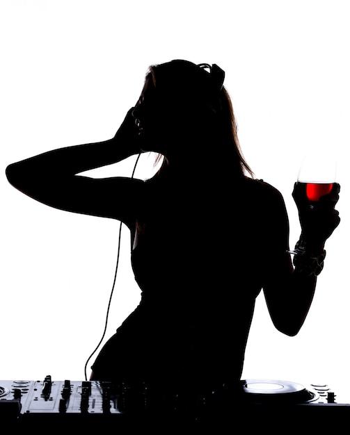 Bella silhouette maschile dj con è in piedi sul suo ponte mescolando il suono. Foto Premium