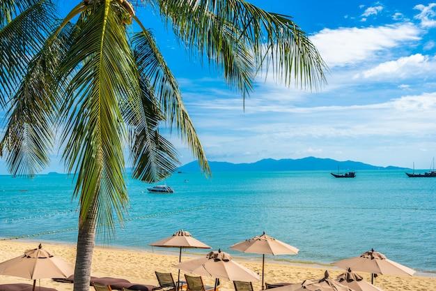 Bella spiaggia tropicale con cocco e ombrelloni Foto Gratuite