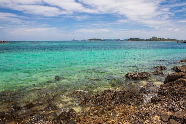 Bella spiaggia tropicale nell'isola di sameasarn, provincia di chonburi, tailandia. Foto Premium