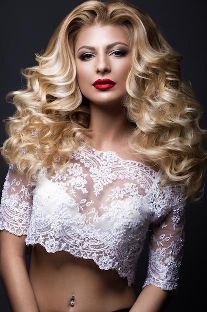 Bella sposa bionda nell'immagine di nozze con i riccioli, labbra rosse. volto di bellezza. Foto Premium