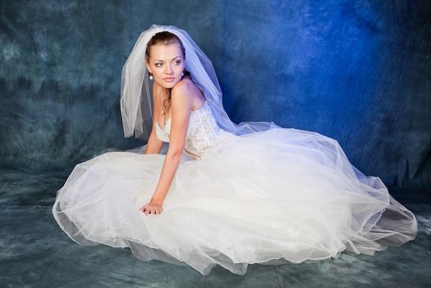 Bella sposa con acconciatura moda e trucco in studio Foto Premium