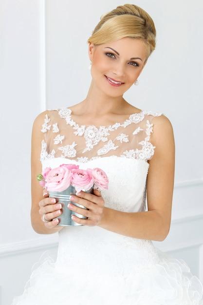 Bella sposa con bouquet Foto Gratuite