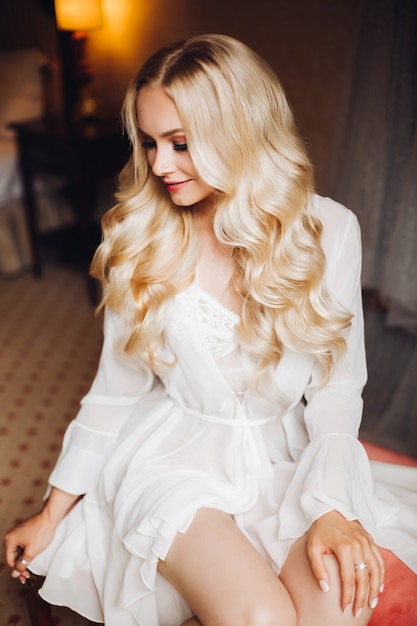 Bella sposa del blondie in camera da letto Foto Premium